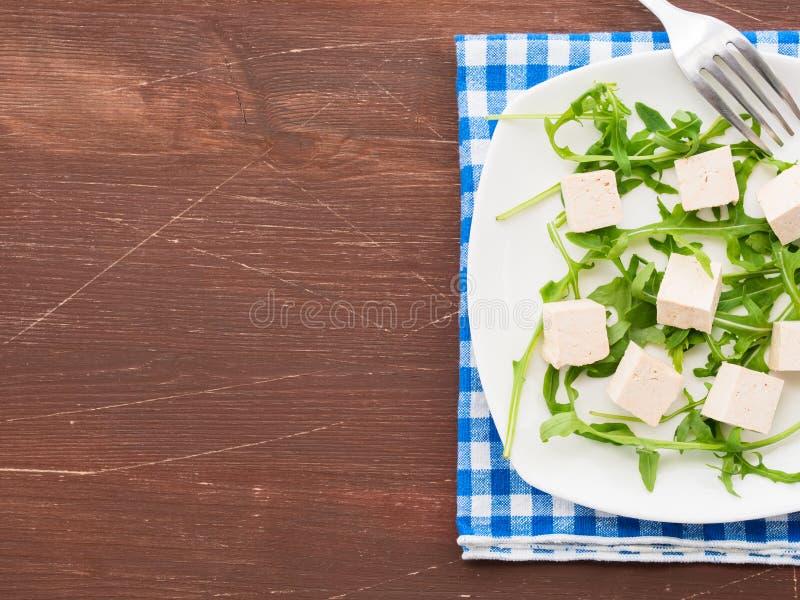 Strikt vegetarianmatbegrepp med tofuen och arugula royaltyfria bilder