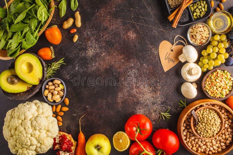 Strikt vegetarianmatingredienser på en mörk bakgrund Grönsaker frukter, fotografering för bildbyråer