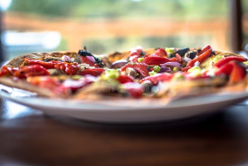 Strikt vegetarianpizza som från noll göras med strikt vegetarianost och organisk vege arkivfoto