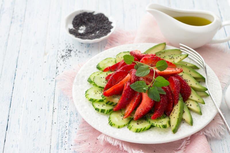 Strikt vegetariansallad från jordgubben, gurkan och avokadot med vallmofrön royaltyfria bilder
