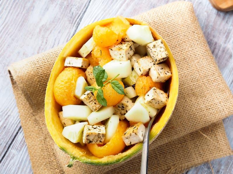 Strikt vegetariansallad med melon- och tofuost arkivfoto