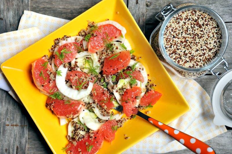 Strikt vegetariansallad med quinoaen, grapefrukten och fänkål royaltyfri fotografi