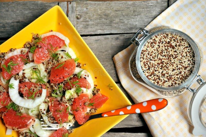 Strikt vegetariansallad med quinoaen, grapefrukten och fänkål arkivbilder