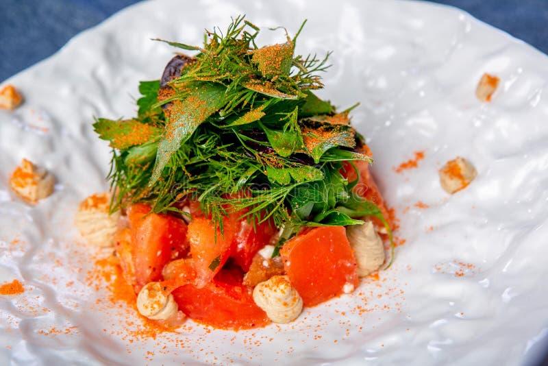 Strikt vegetariantomater med bakad kvitten- och getost Arbetet av en yrkesmässig kock Maträtt från en restaurang- eller kafémeny  arkivfoto