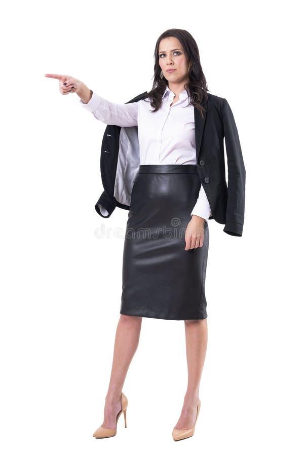 Strikte boze jonge vrouwelijke leraar of bedrijfsvrouw die vinger richten om verloren In brand gestoken concept te krijgen royalty-vrije stock afbeeldingen