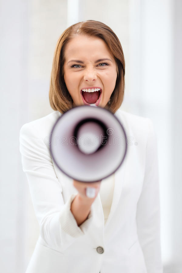 Strikte onderneemster die in megafoon schreeuwen stock foto