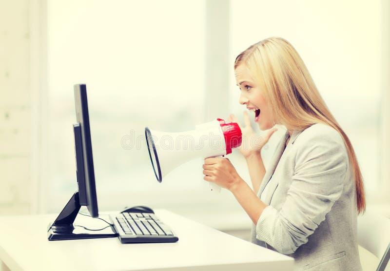 Strikte onderneemster die in megafoon schreeuwen royalty-vrije stock foto's