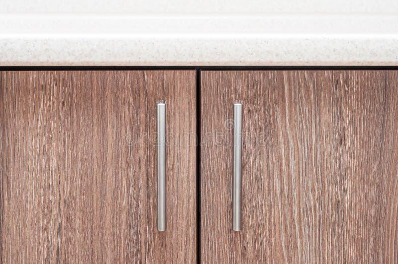 Strikte vierkante stijl in het ontwerp van de keuken Aluminium trim handvatten in een minimalistische stijl royalty-vrije stock foto's