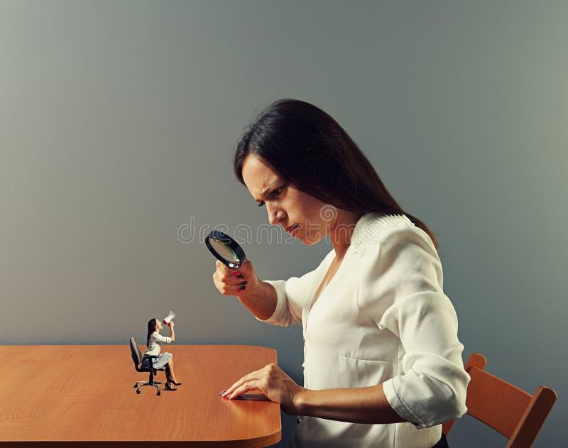 Strikte vrouw die kleine vrouw bekijken stock foto's