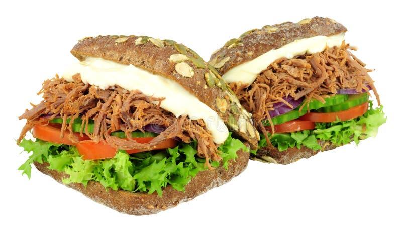 Strimlade nötkött fyllda pumpernickelbrödsmörgåsar royaltyfria foton