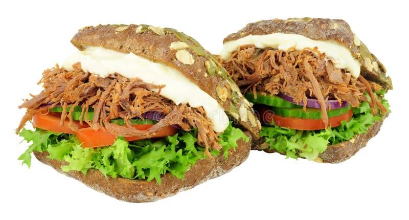 Strimlade nötkött fyllda pumpernickelbrödsmörgåsar royaltyfri bild
