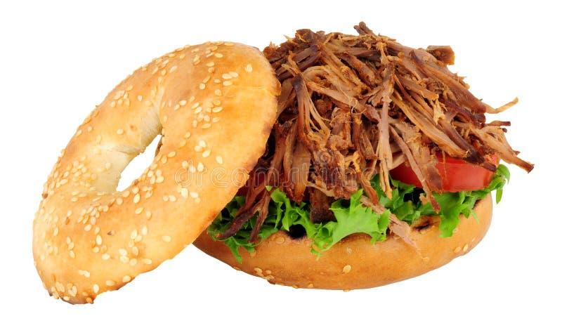 Strimlat nötkött och sallad fylld bagelsmörgås arkivfoton