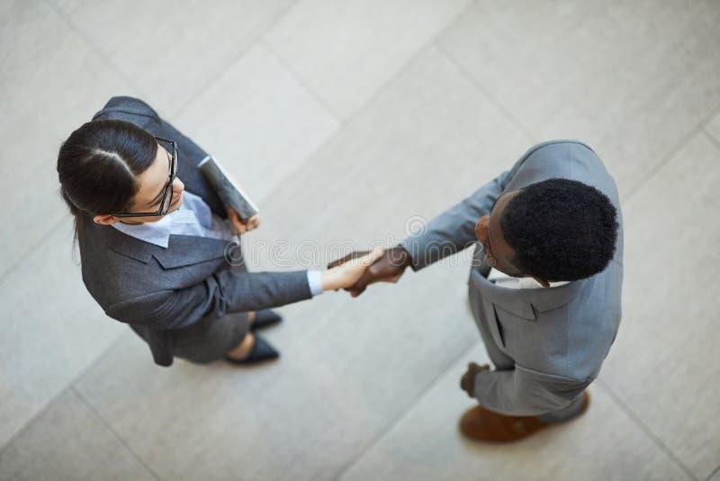 Stringere le mani con il nuovo socio commerciale immagini stock