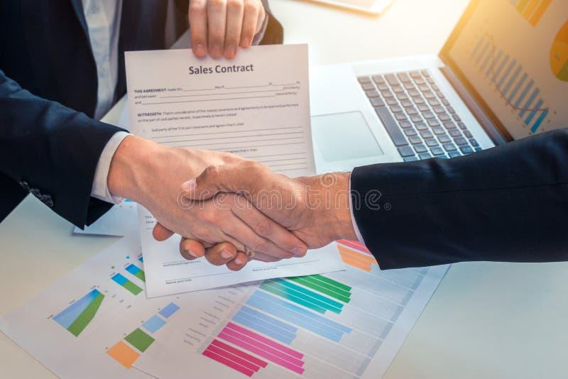 Stringere le mani da vendere il contratto fra gli uomini di affari immagine stock
