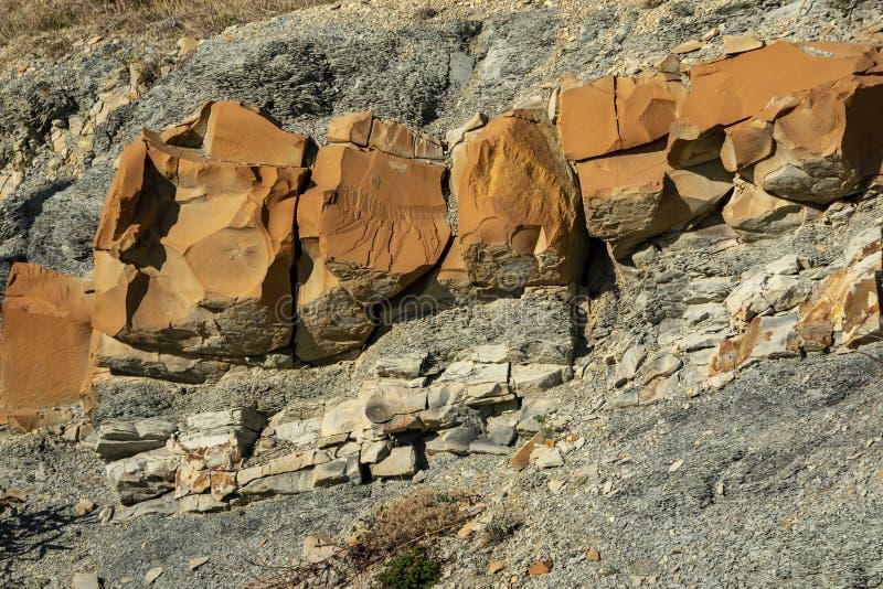 Striped текстура естественных камней и твердых частиц утесов различных размеров как первоначальная предпосылка Наклоны гор o стоковая фотография