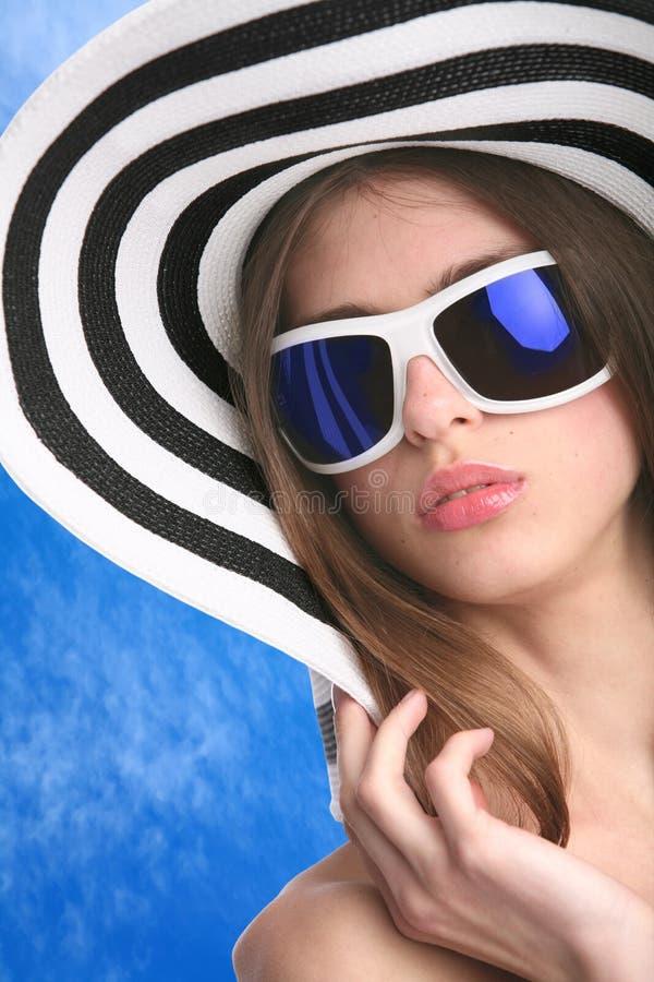 striped шлемом детеныши женщины стоковая фотография