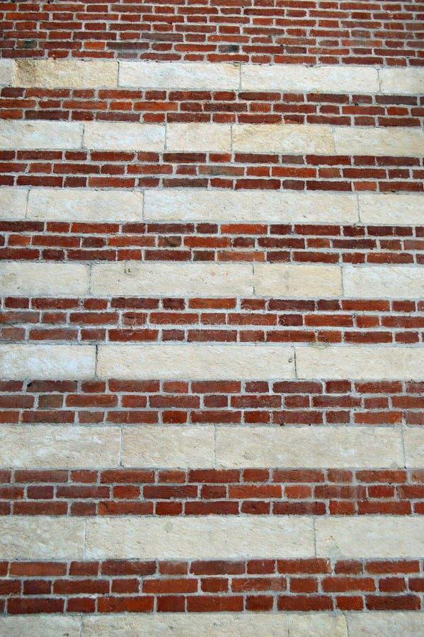 Stripey-Rot und Ziegelsteintapete lizenzfreies stockfoto