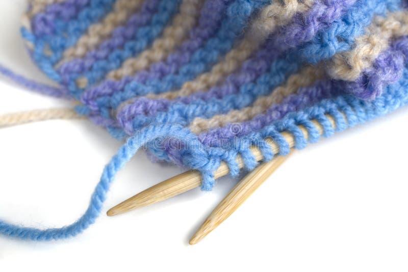 Stripey tricotant sur les pointeaux en bambou photos stock