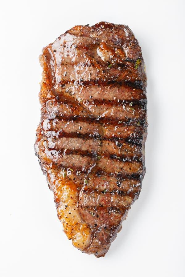 striploin marmorizzato arrostito della bistecca di manzo isolato su fondo bianco, vista superiore immagini stock libere da diritti