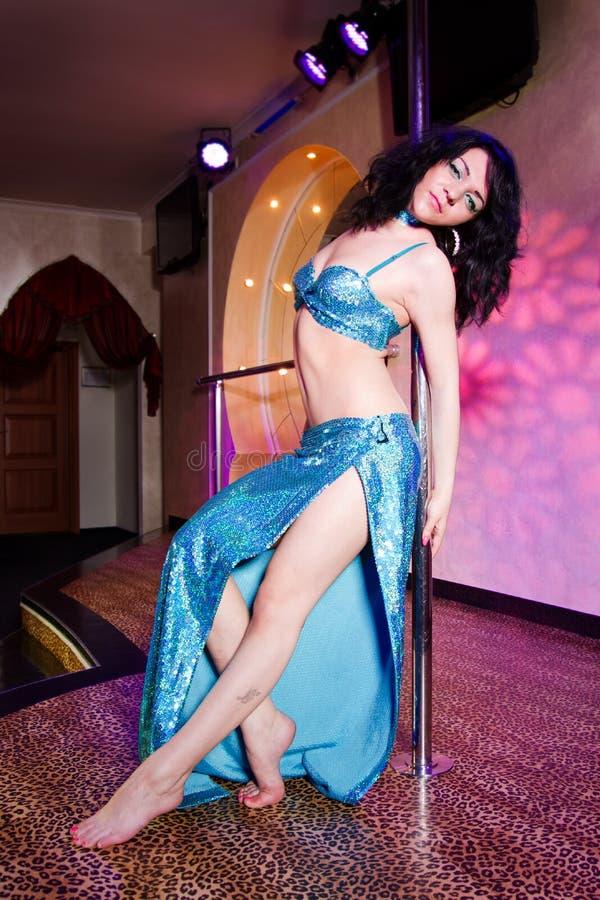 strippa för pol för dräktdansflicka fotografering för bildbyråer