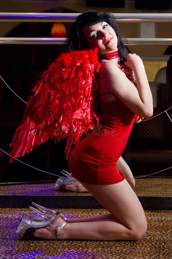Strippa i rött posera på etapp royaltyfri foto