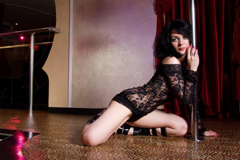Strippa som poserar på etapp royaltyfria bilder