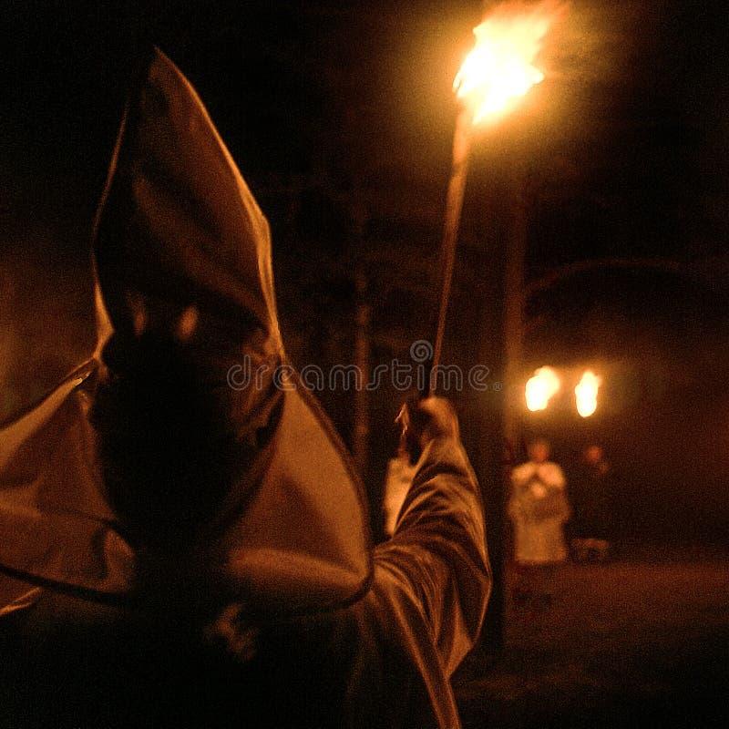 Striscia di terra, Florida, Stati Uniti - circa 1995 - membri di cerimonia di notte di Ku Klux Klan KKK in abiti bianchi, cappucc fotografia stock libera da diritti