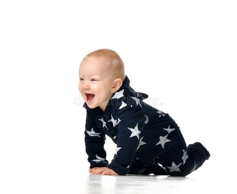 Strisciare sorridente divertente del neonato isolato su bianco fotografie stock libere da diritti