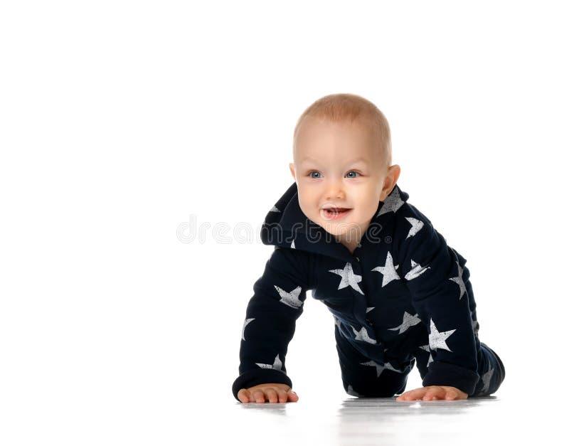 Strisciare sorridente divertente del neonato isolato su bianco fotografie stock