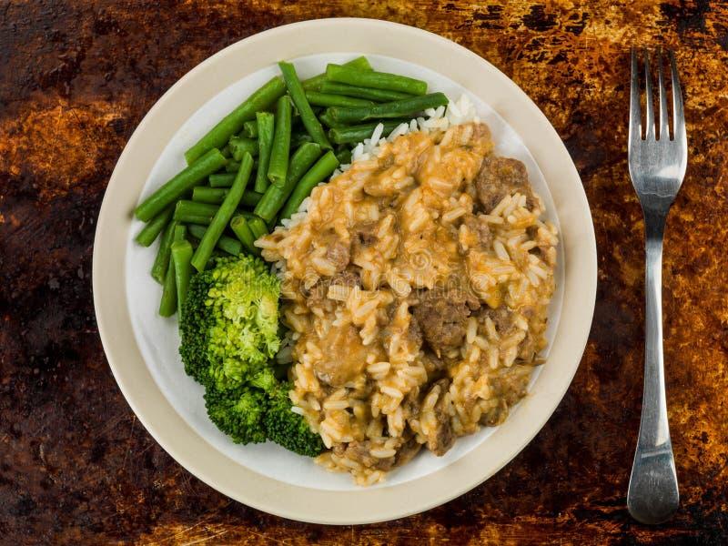 Stroganoff com os feijões verdes e os brócolis de arroz de grão longo fotos de stock