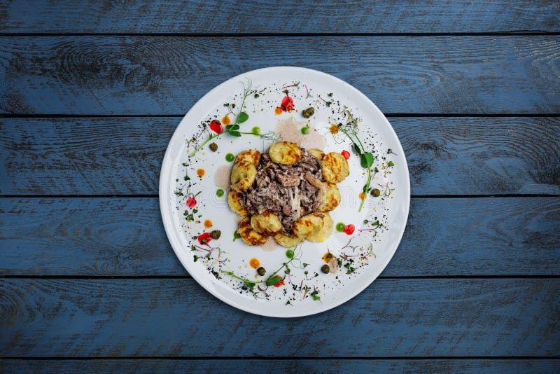 Stroganoff do cogumelo, com cogumelos e panquecas de batata imagem de stock