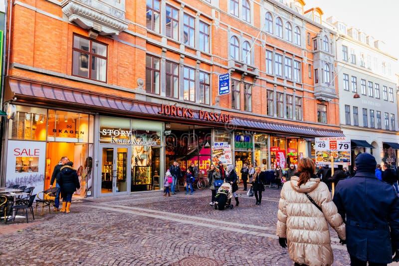 Stroget är en gångare, fritt shoppa område för bil i Köpenhamnen, Danmark royaltyfria bilder