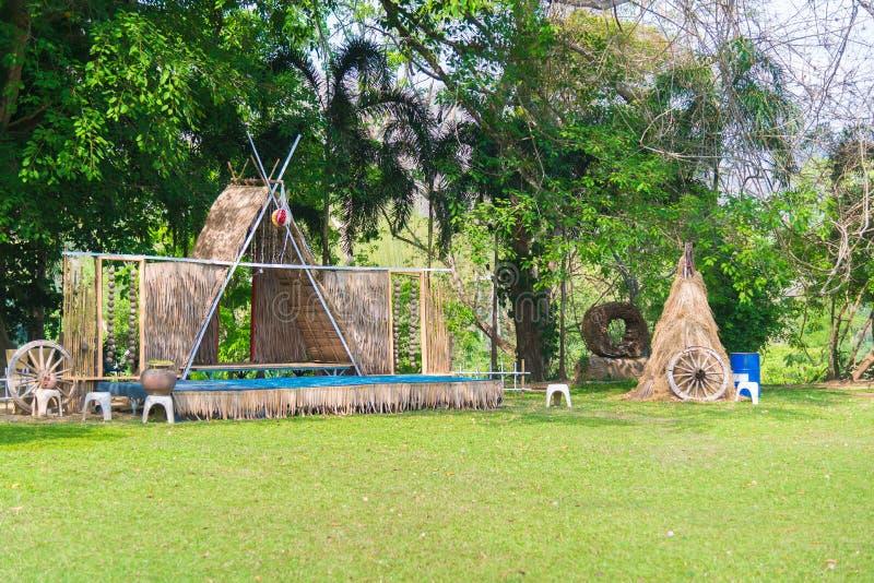 Strohdachhaus und ein grüner Garten mit blauem Himmel im Land lizenzfreie stockfotos