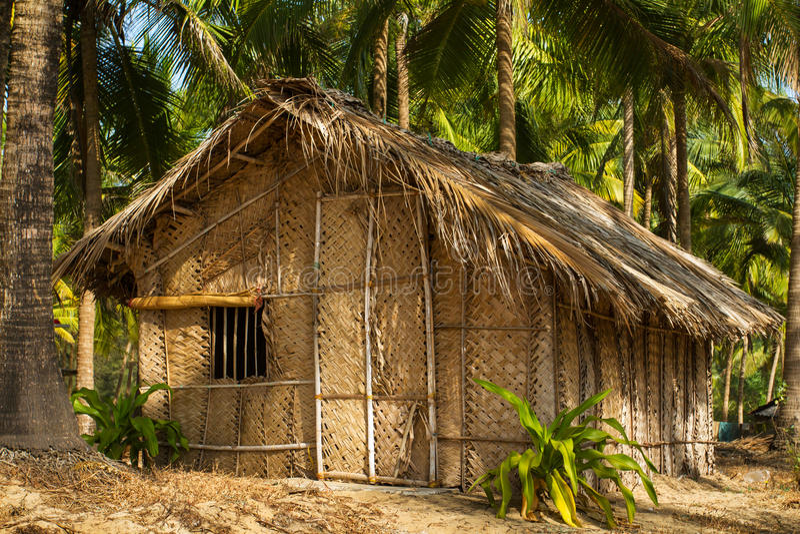 Strohhütte auf Paradiesstrand in Goa lizenzfreies stockbild