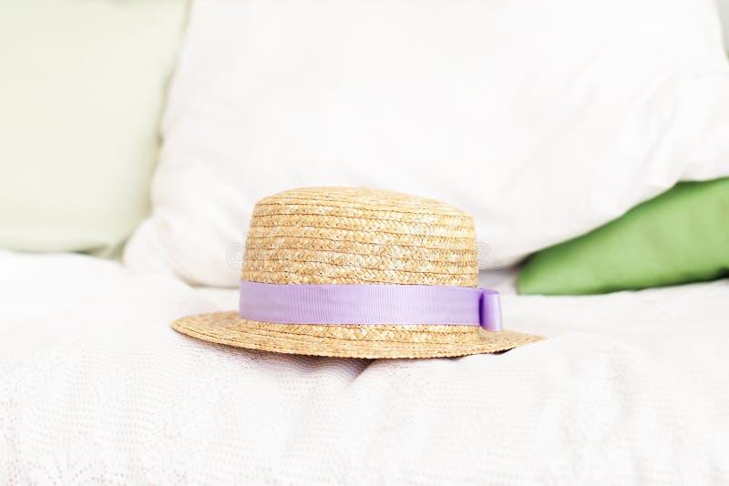 Strohhut auf dem Bett Sommerwochenendenkonzept Freizeit, Wochenende, Reise Frauenzubeh?r von oben Reisen-oder Ferien-Konzept PR stockfotos