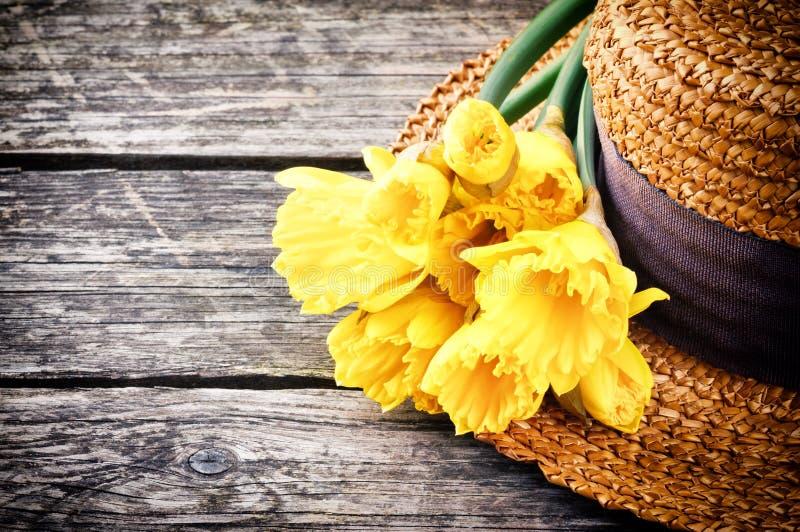 Strohhut mit Frühlingsblumen stockfotografie