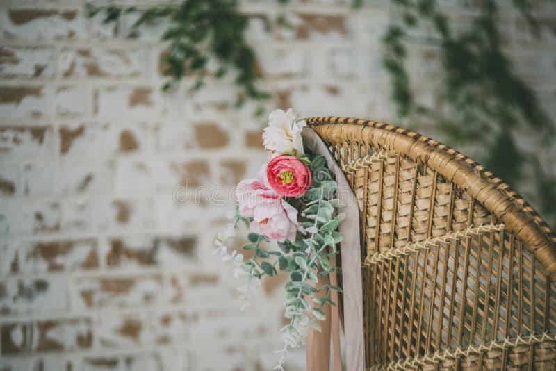 Strohlehnsessel mit Blumen 2 stockfoto