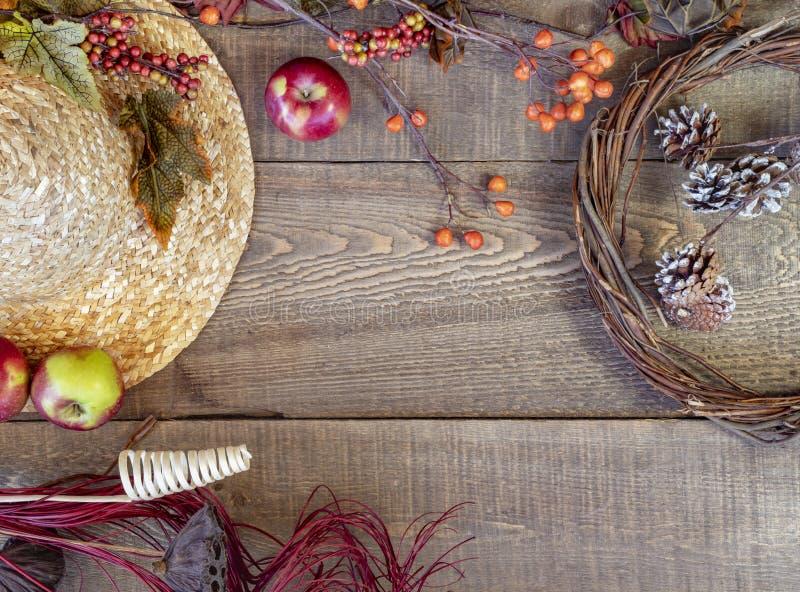 Strohoed en de herfstdecor op rustieke houten plankachtergrond stock foto