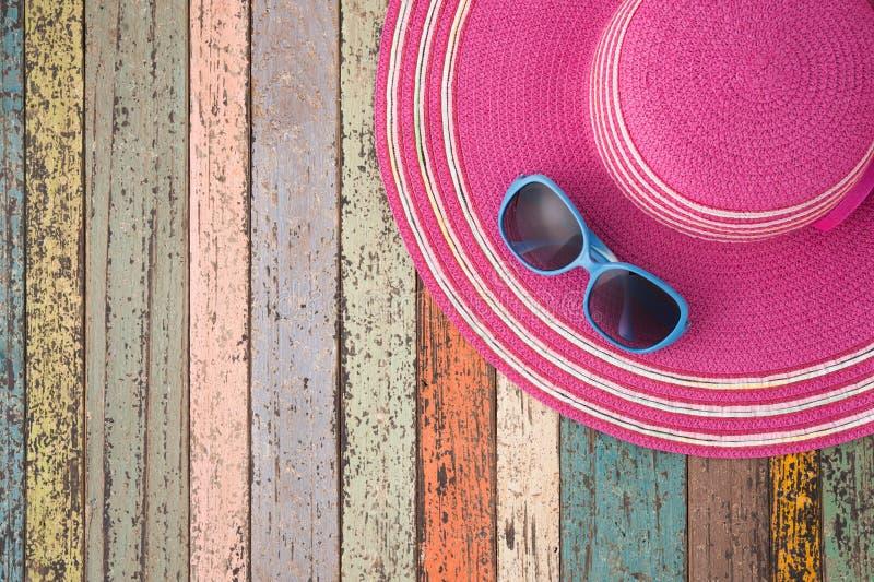 Strohoed en zonnebril op uitstekend hout Backgrou van de de zomervakantie stock foto