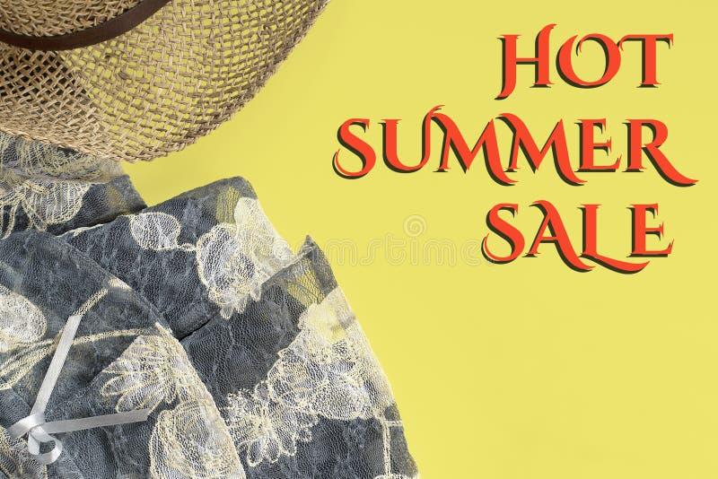 Strohoed, kleding en de Hete tekst van de de Zomerverkoop op gele achtergrond royalty-vrije stock foto