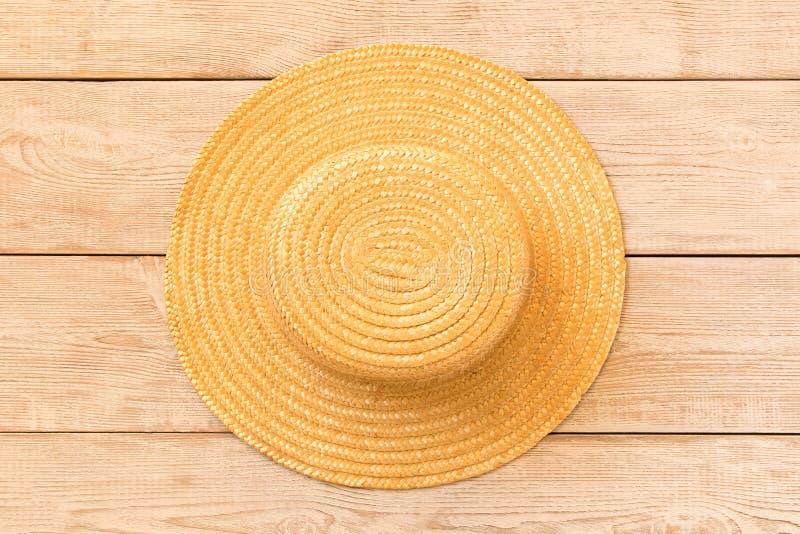 Strohoed op houten lijst Het concept de zomer stock foto's