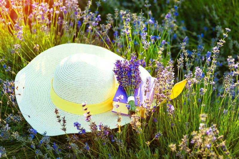 Strohoed op Lavanda-gebieden in de Provence dichtbij Valensole frankrijk royalty-vrije stock foto