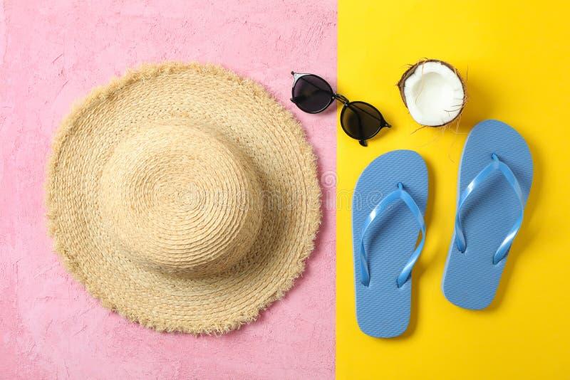 Strohoed, wipschakelaars, zonnebril en kokosnoot op twee toonachtergrond, ruimte voor tekst en hoogste mening De vakantie van de  royalty-vrije stock foto's
