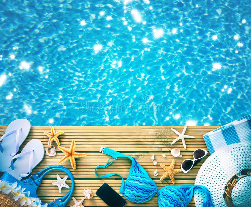Strohoed, zonnebril en andere strandtoebehoren royalty-vrije stock foto