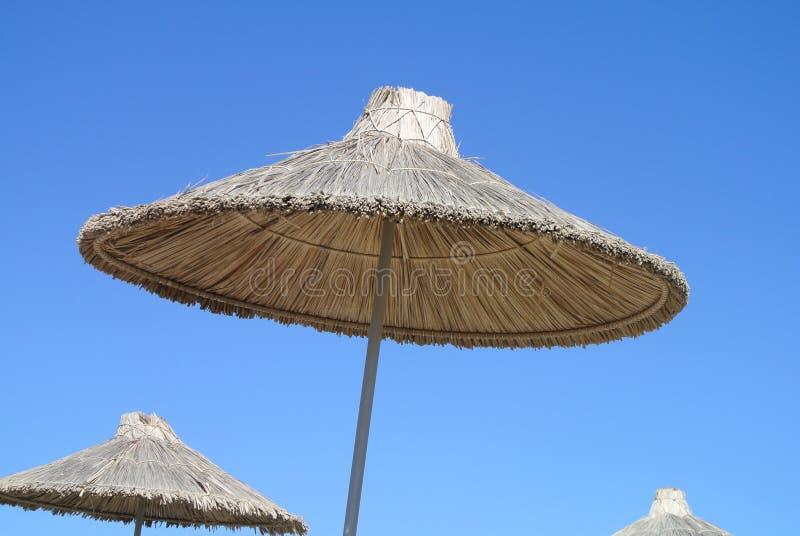 Strohregenschirm im Himmel stockfoto