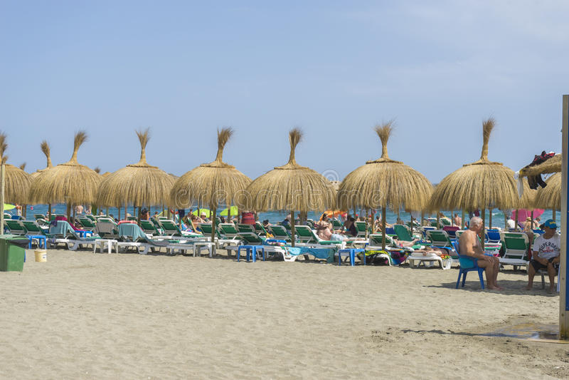 Strohregenschirme auf dem Ufer von Meer Marbella, Andalusien Spanien stockfoto