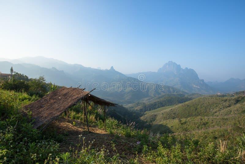 Strohschutz am Berg bei Phou Khoun stockfoto