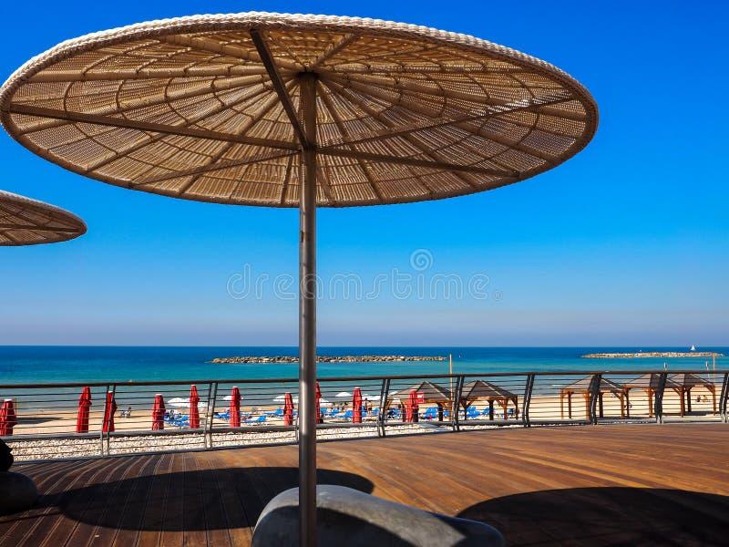 Strohsonnenschutz am sonnigen Sommertag im Strand Telefon Baruch in Tel Aviv, Israel lizenzfreies stockfoto
