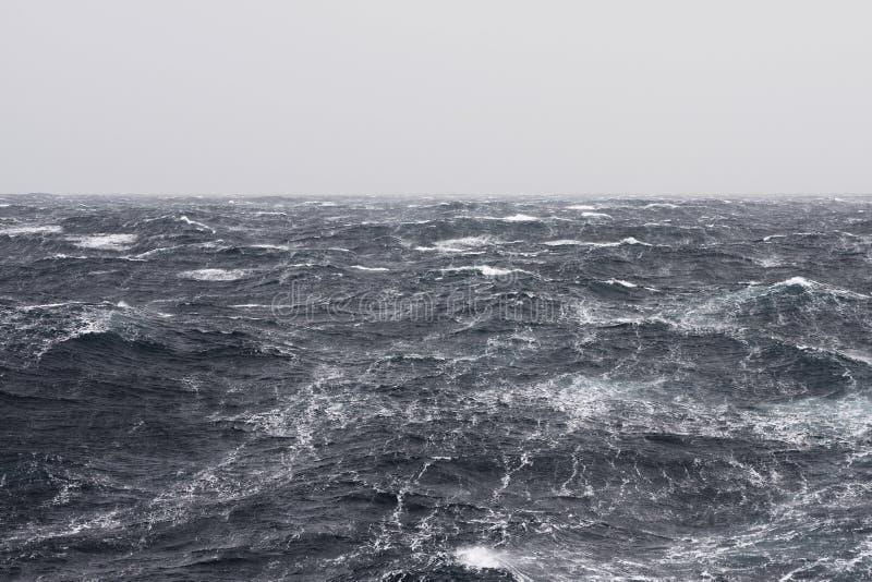 Stroken bij Stormachtige Oceaan stock foto