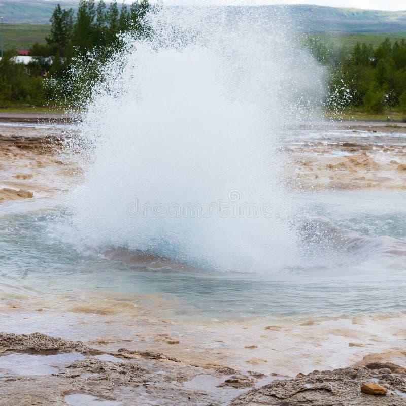 Strokkur喷泉爆发 Geysir喷泉视图,冰岛 库存照片